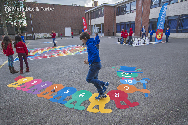 giochi per bambini da esterno; giochi di dinosauri; giochi di animali; giochi matematici all'aperto; parco giochi; giochi di draghi; segnali stradali; cartelli stradali; vernice stradale; giochi educativi; gioco twister; mappe; logo