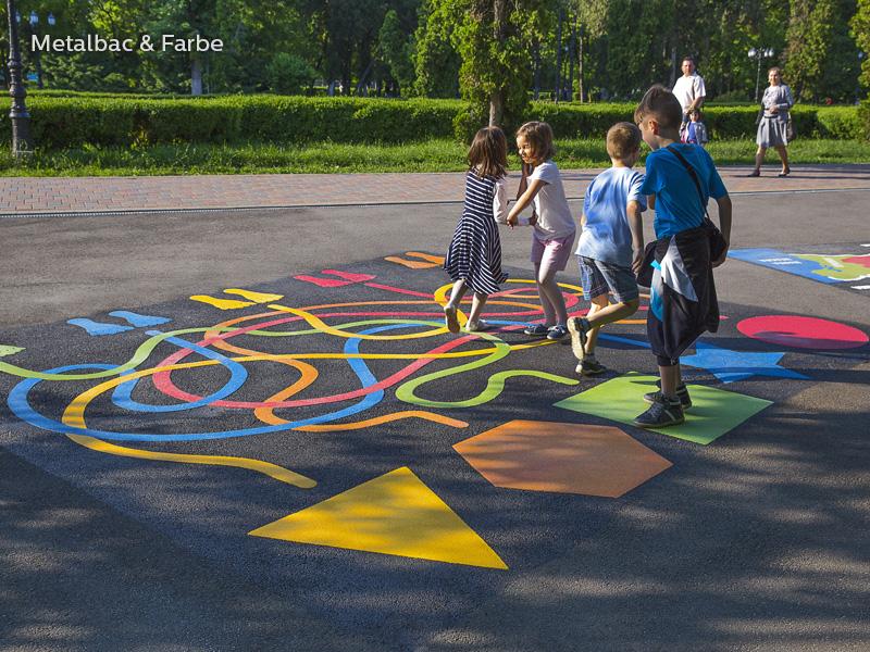 Gry edukacyjne dla dzieci; gry dla dzieci; podwórkowe gry matematyczne; podwórkowe gry logiczne; plac zabaw dla dzieci; podwórkowe gry ruchowe; podwórkowe gry planszowe; gry asfaltowe; gra podwórkowa labirynt; gry chodnikowe; logo firmy