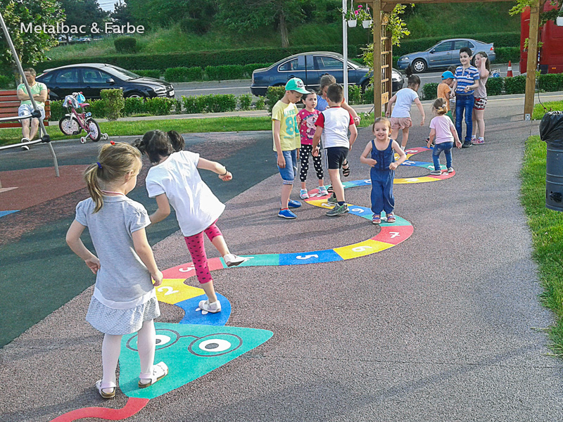 Gry edukacyjne dla dzieci; gry dla dzieci; podwórkowe gry matematyczne; podwórkowe gry logiczne; plac zabaw dla dzieci; podwórkowe gry ruchowe; podwórkowe gry planszowe; gry asfaltowe; kompas; mapa; gry na boisku szkolnym; gry chodnikowe; gra wąż