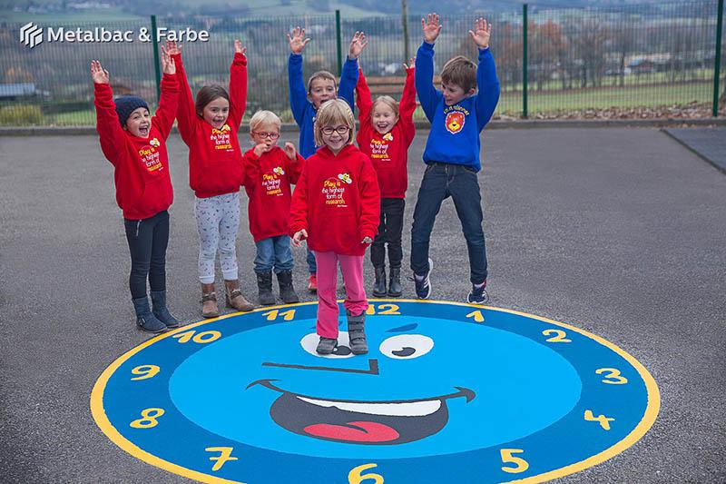 Gry edukacyjne dla dzieci; gry dla dzieci; podwórkowe gry matematyczne; podwórkowe gry logiczne; plac zabaw dla dzieci; podwórkowe gry ruchowe; podwórkowe gry planszowe; gry asfaltowe; gra w klasy; gra podwórkowa chińczyk; logo firmy; kompas