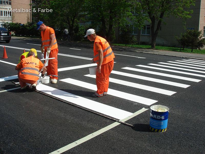 la signalisation routière horizontale; signalétique au sol; marquage au sol; marquage routier horizontal; enduit à froid; peinture bi composant; enduit projeté extérieur; bicomposant; sécurité routière; trafic routier; peinture routière