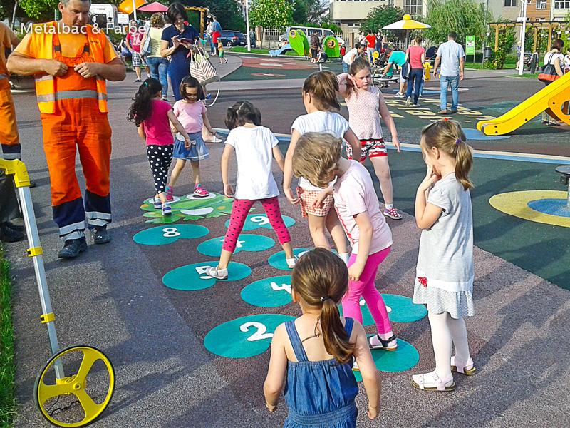 giochi per bambini da esterno; giochi di dinosauri; giochi di animali; giochi matematici all'aperto; parco giochi; giochi di draghi; segnali stradali; cartelli stradali; giochi educativi; gioco twister; mappe; gioco campana; piste ciclabili